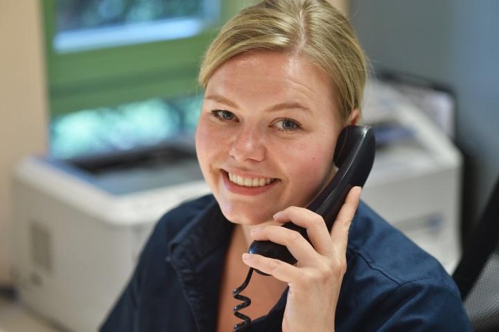 Empfang in der Zahnarztpraxis durch freundliche Mitarbeiteren