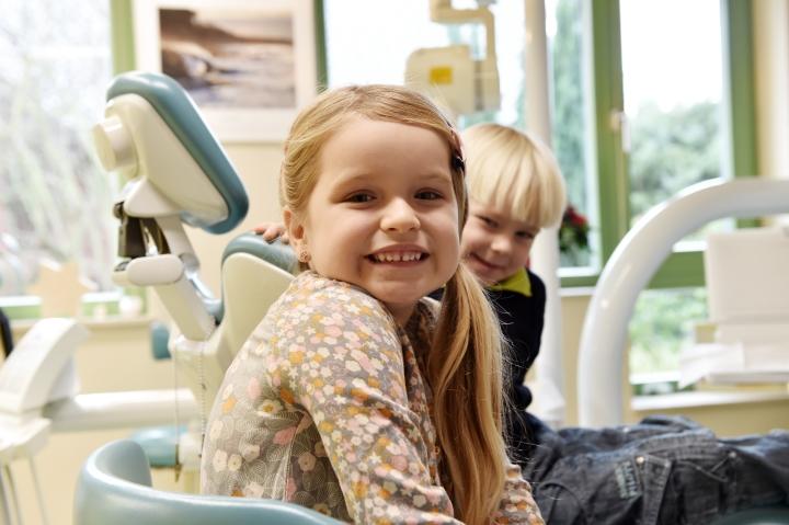 Kinder beim Zahnarzt in Peine